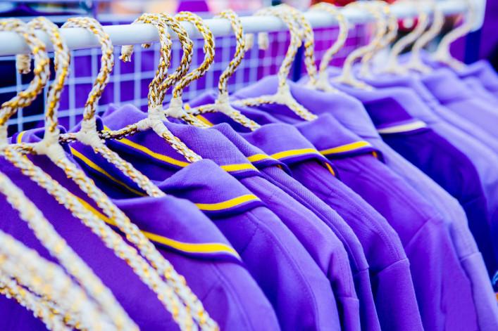 Der Satz von lila T-shirts für den Verkauf iStock_000063263827_Large-2