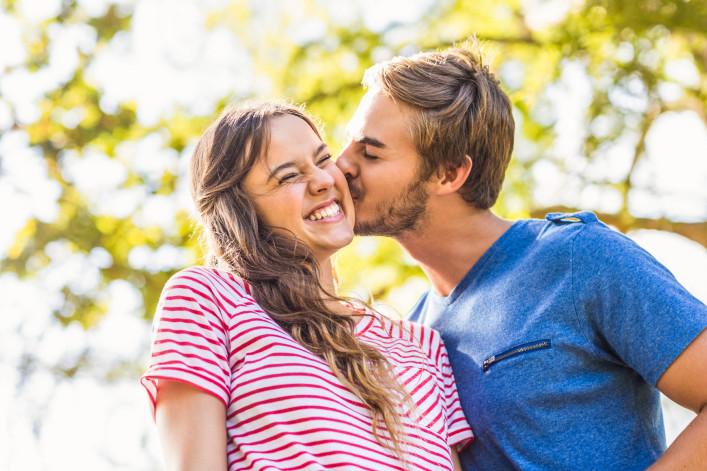 Süßes Paar küssen im park iStock_000070158447_Large-2