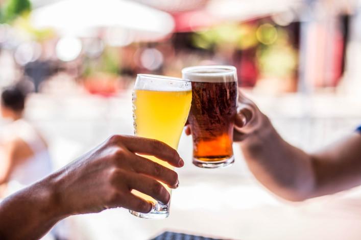 Zwei Freunde feiern mit Bier iStock_000067842875_Large-2