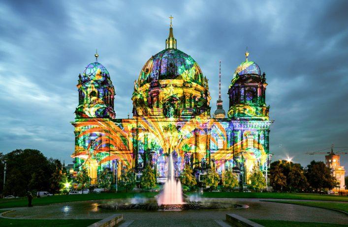 Der Berliner Dom erstrahlt während Berlin leuchtet in bunten Farben.