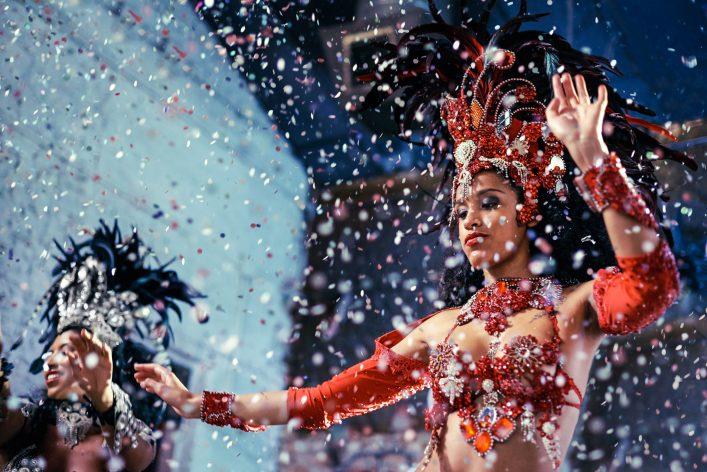 Zwei Samba Tänzerinnen beim Karneval der Kulturen.