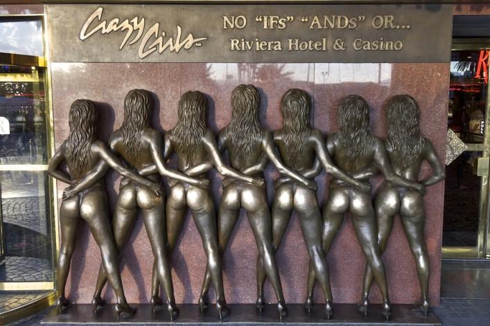 las_Vegas_crazy_girls_statue_pedrosala  Shutterstock.com137050724