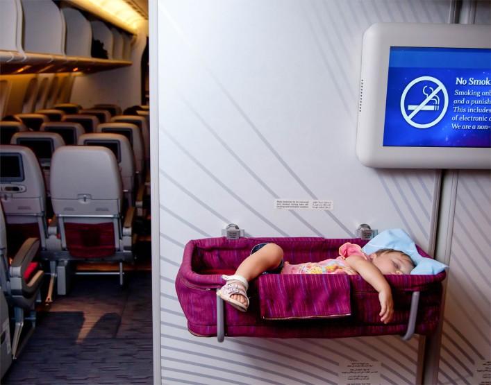 Tipps für das Reisen mit Kleinkind Baby im Flugzeug
