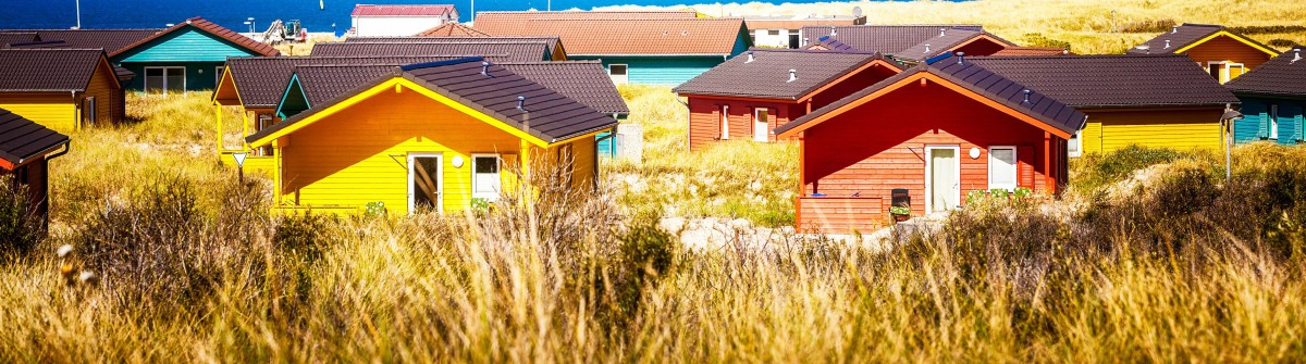 Colorful beach houses in dune grass at the beach of Helgoland, North sea, Germany. Travel destinations. Selective focus shutterstock_-2 Artikelbild