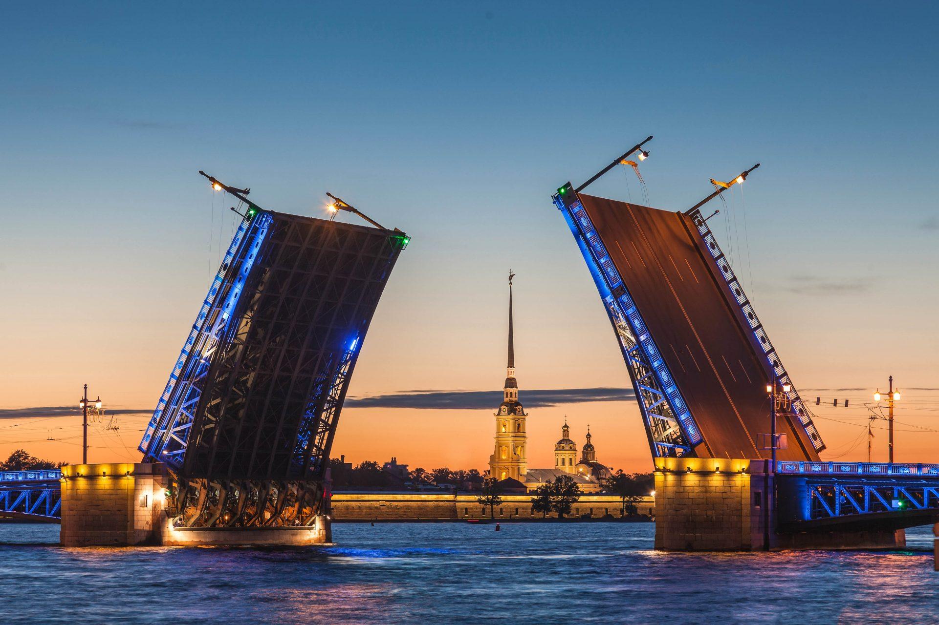 Die Brücken an der Newa heben sich während der Weißen Nächte von St. Petersburg.