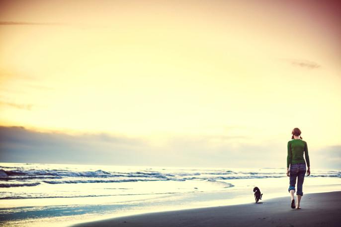 Hund und Frau an der Küste von Oregon iStock_000021490108_Large-2