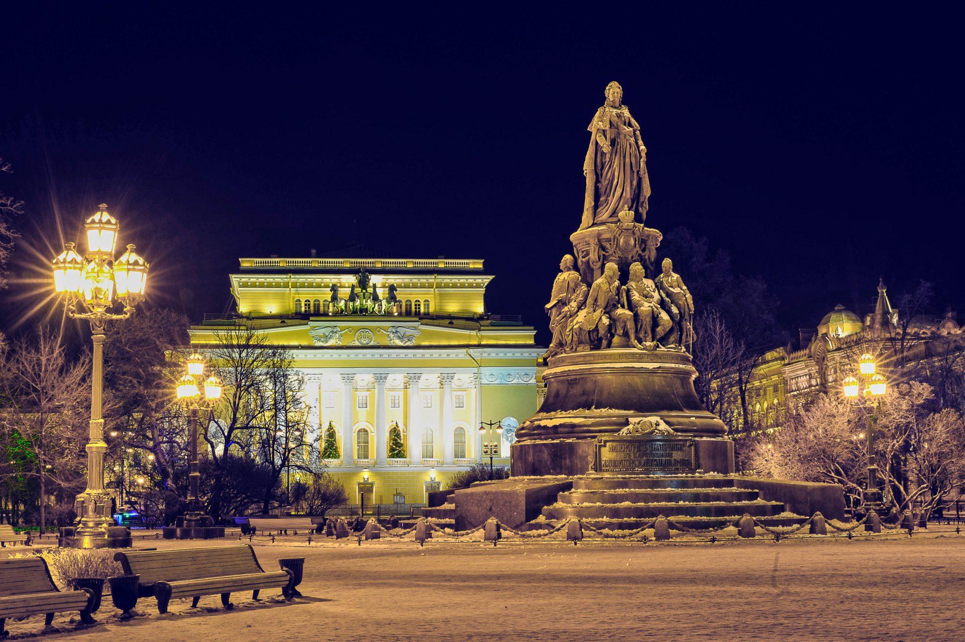 Nachts im Park vor dem Alexandrinsky theater in St. Petersburg.