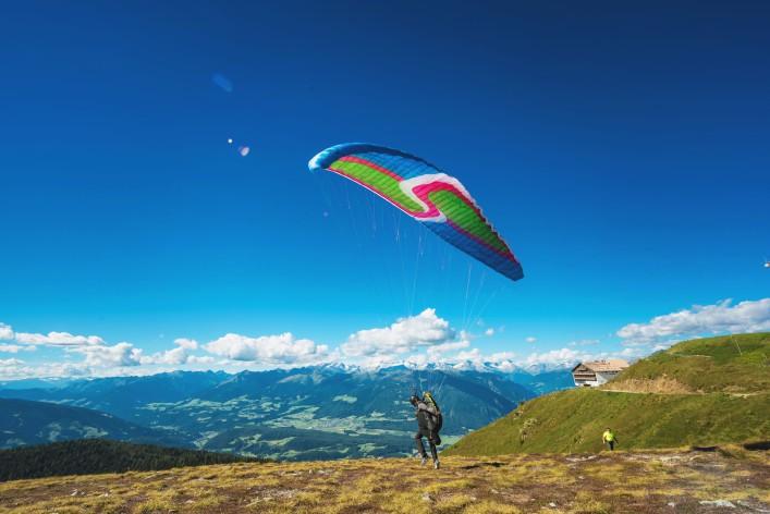 Paragliding_Südtirol_EDITORIAL ONLY serenarossi_Shutterstock.com_shutterstock_469369568