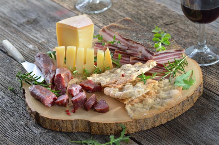 Wurst Käse Platte_Südtirol_shutterstock_106550561