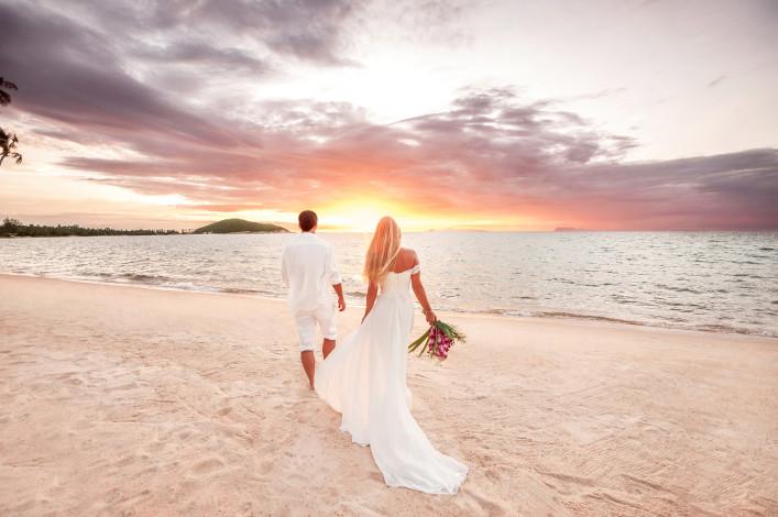 Flitterwochen_Honeymoon_Brautpaar_shutterstock_374223574