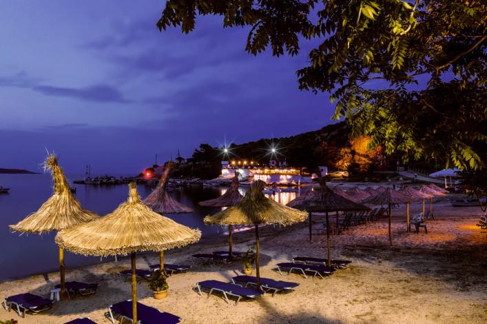 Beach bar in Sithonia, Chalkidiki, Northern Greece shutterstock_215885974-2