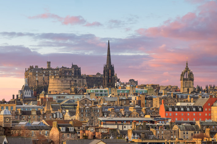 Old town Edinburgh and Edinburgh castle in Scotland UK_shutterstock_401143102