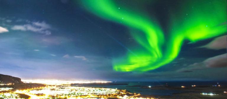 Northern lights über Reykjavik Island iStock_000034689888_Large-2