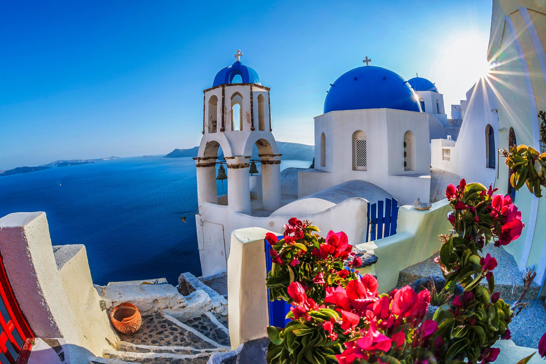Oia Dorf auf der Insel Santorin mit den berühmten Kirchen, Griechenland iStock_000070287573_Large-2