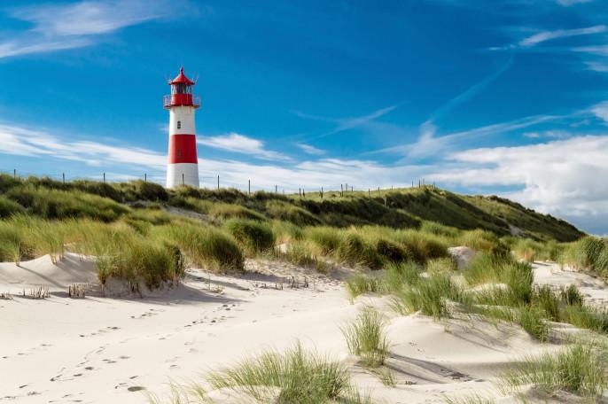 Leuchtturm-Lighthouse-Dünen-Sylt-Nordsee-iStock_000021852617_Large-2