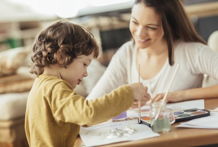 Junge Mutter mit Sohn Malen iStock_000060198094_Large_1200