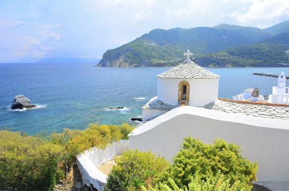 Schöne weiße Kirche über Skopelos, Griechenland iStock_000037858202_Large_1920