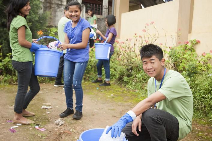 Teenage Freunde heben Müll zu recyceln iStock_000074010197_Large_1920