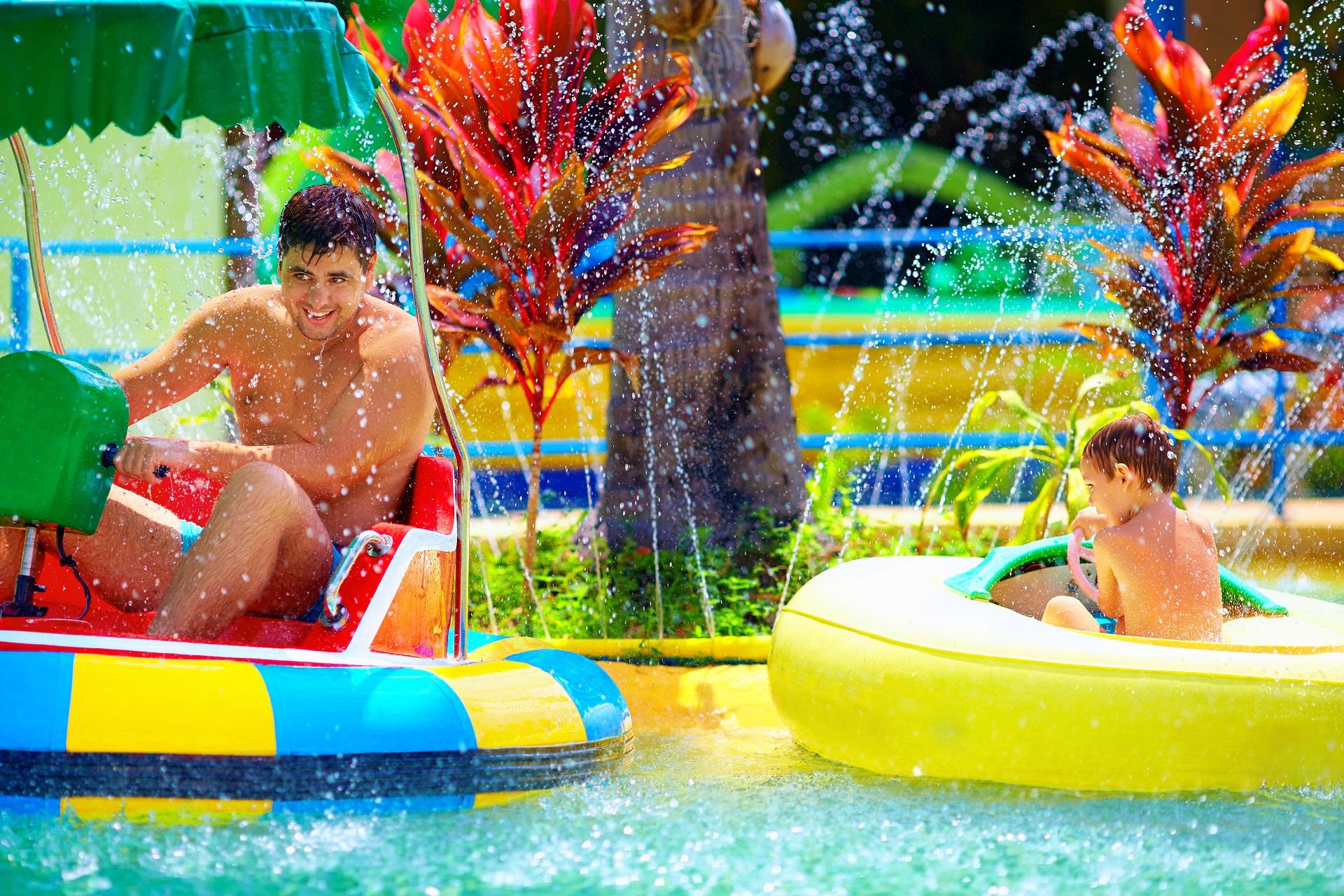 Vader en zoon in een waterpark