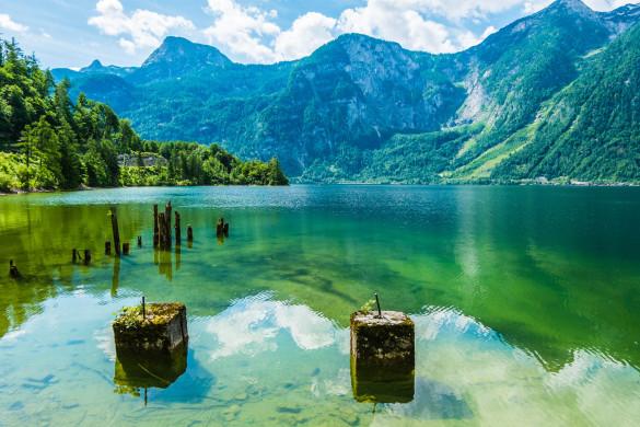 Den friedlichen See des Hallstatt, Österreich iStock_000044887224_Large-2