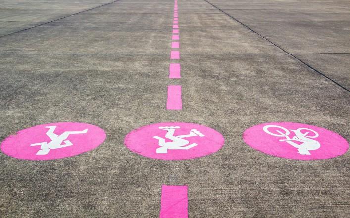 Der Beschilderung auf die sports ground am Flughafen iStock_000024698692_Large-2