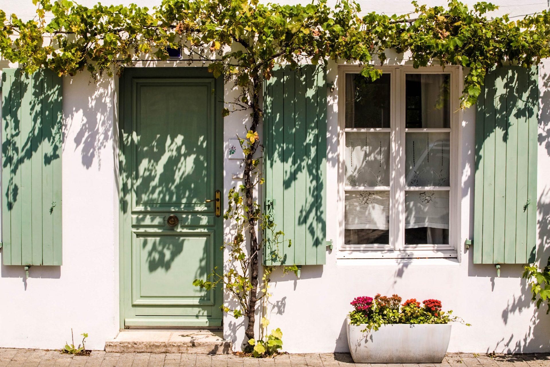 Schöne bunte Häuser in Île de Ré Idylle