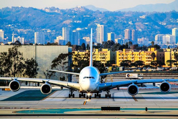 Emirates Airbus A 380-800 Auf der Startbahn rollen am Flughafen iStock_000083529861_Large EDITORIAL ONLY Laser1987-2
