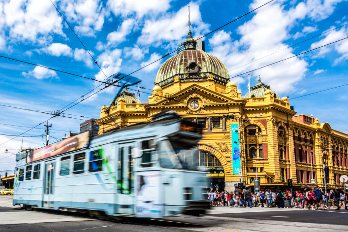Flinders Street Station and Tram in Melbourne, Australia iStock_000065870583_Large-2 – Kopie (2)