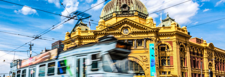 Flinders Street Station and Tram in Melbourne, Australia iStock_000065870583_Large-2 – Kopie (2)