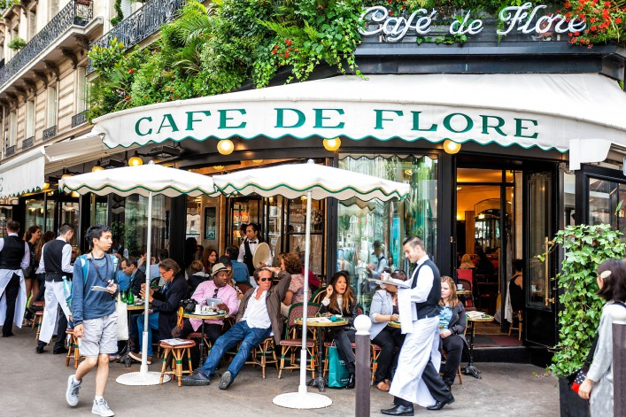 Ober beim Servieren von Getränken, Cafe de Paris, Paris iStock_000045557146_Large EDITORIAL ONLY Maciej Noskowski-2