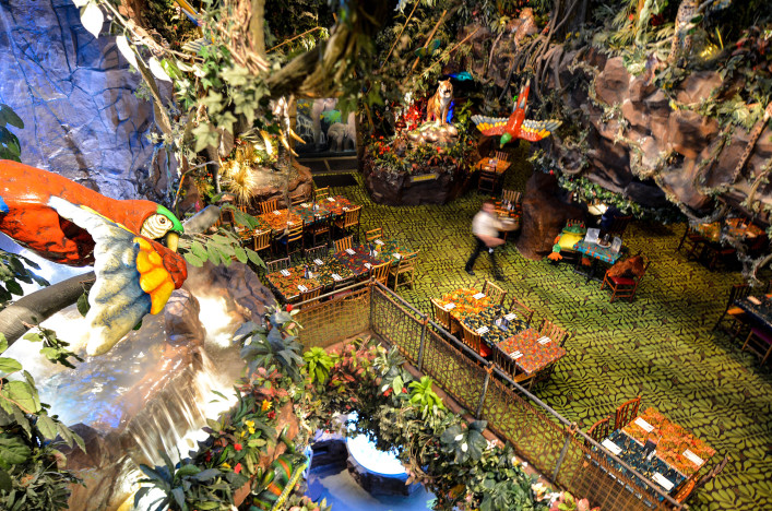 Rainforest Cafe in San Francisco,CA shutterstock_297083486 EDITORIAL ONLY ChameleonsEye