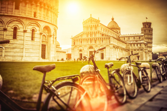 The leaning tower of Pisa in Campo dei Miracoli iStock_000038234696_Large-2