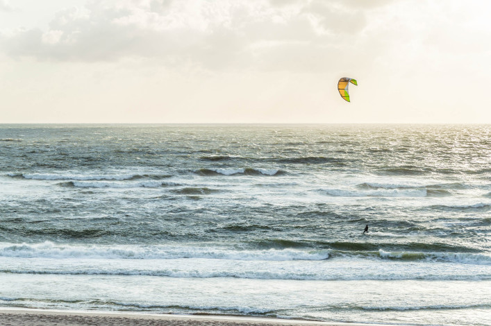 Kite surfer in Aktion iStock_000079311593_Large-2
