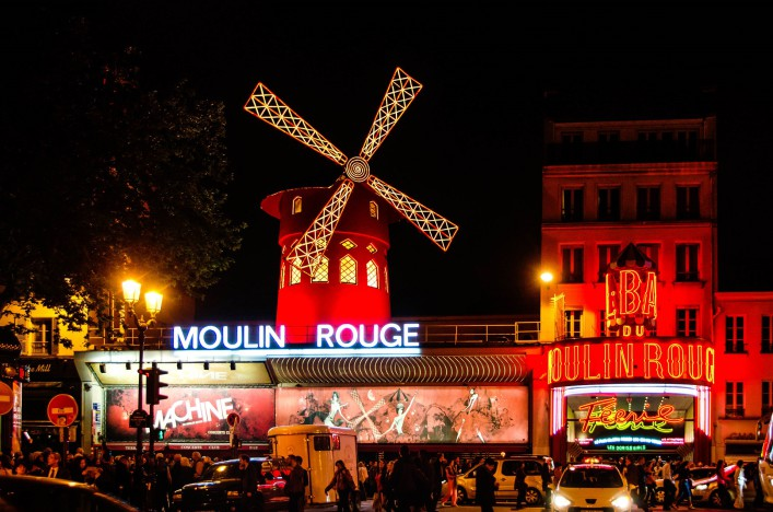 Stadtspaziergang durch Paris Moulin Rouge