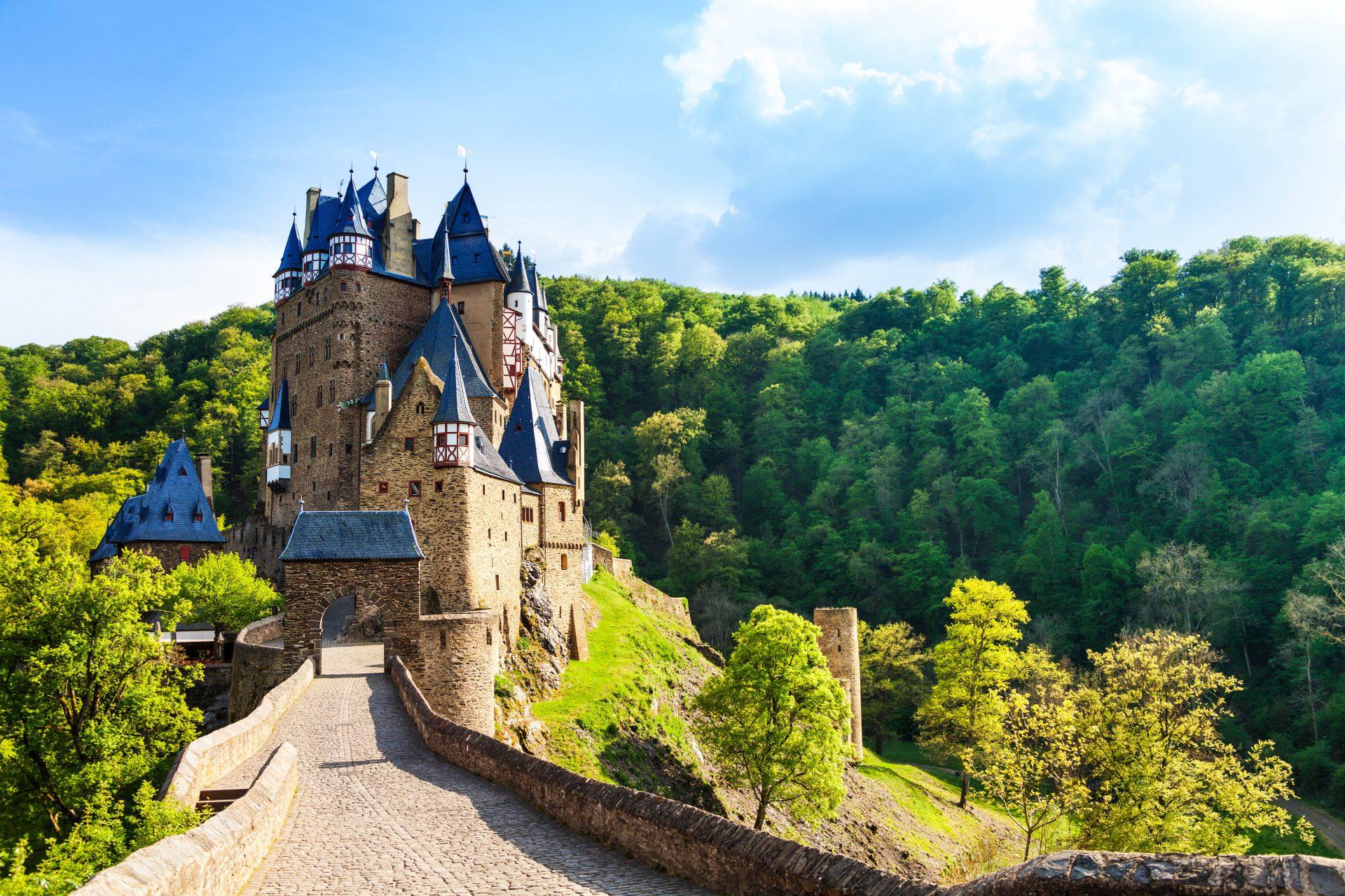 Burg Eltz mit ihrer imposanten Zufahrtsstraße, Urlaub wie im Märchen