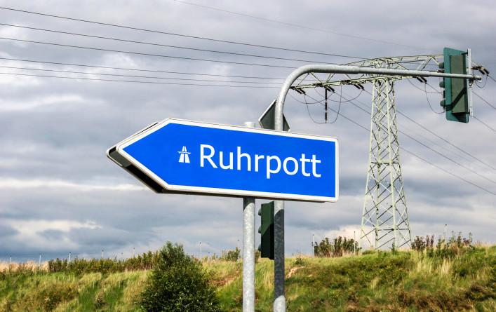 Ruhrpott-Autobahn-Schild Richtung rui águas, Ampel iStock_000004346657_Large-2