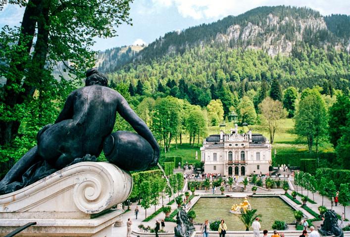 Schloss Linderhof, Deutschland, Brunnen und Skulptur iStock_000005785119_Medium-2