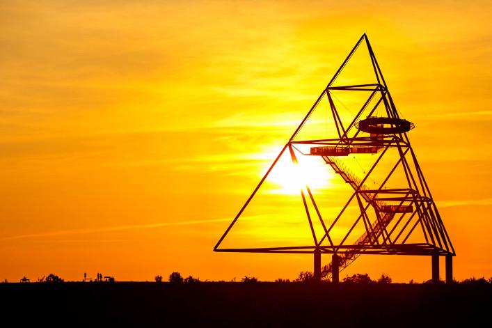 Tetraeder Bottrop bei Sonnenuntergang iStock_000011577508_Large-2