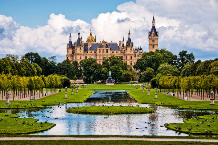 The beautiful, fairy-tale castle in Schwerin shutterstock_84962560-2