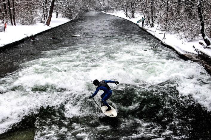 Eisbachwelle in München Surfer Winter