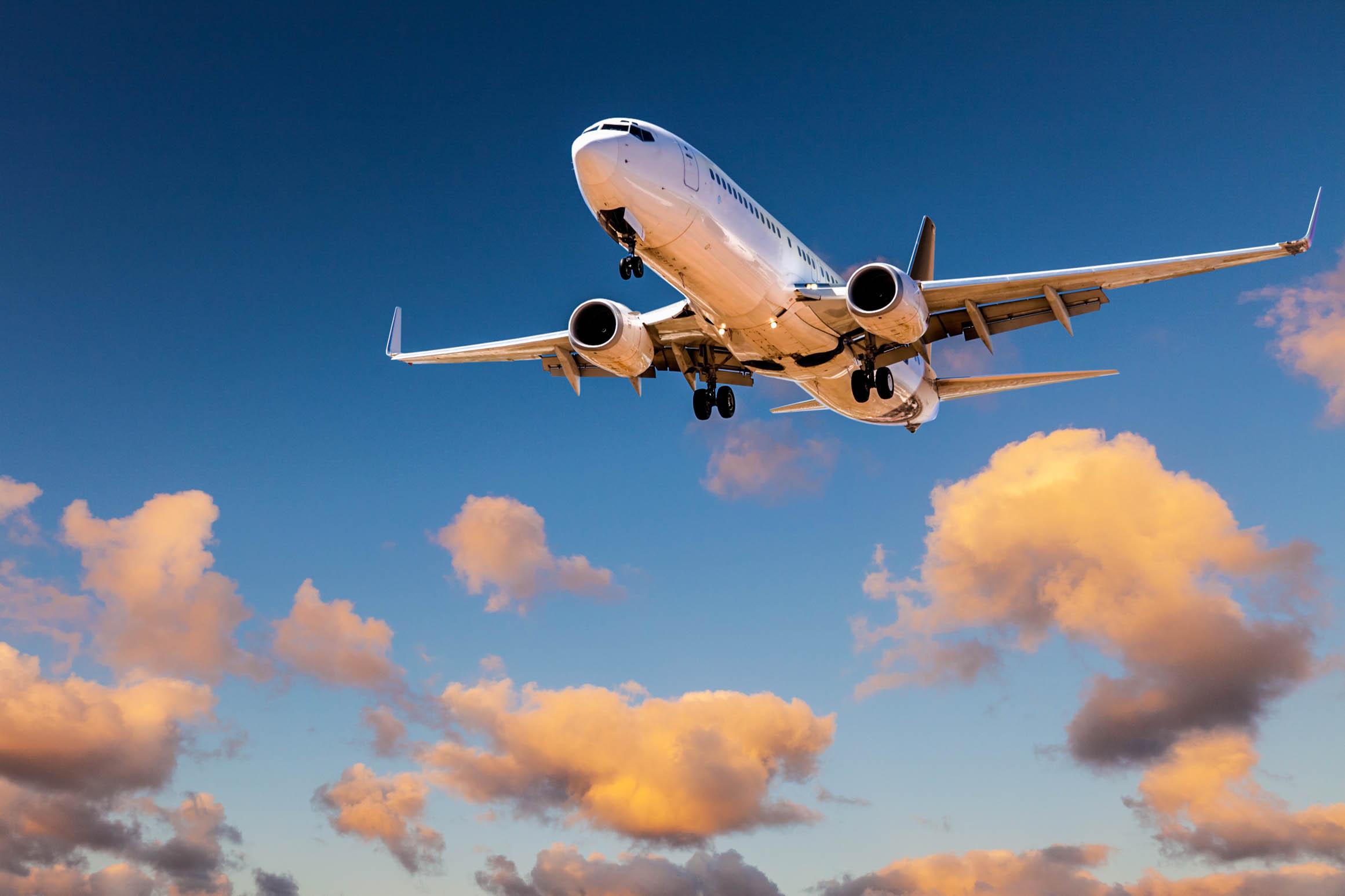 Flugzeug im Sonnenuntergang, Chemtrail Theorie