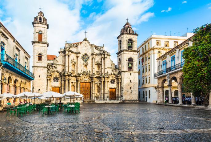 Havanna-Kathedrale in Kuba mit blauer Himmel iStock_000022570758_Large-2
