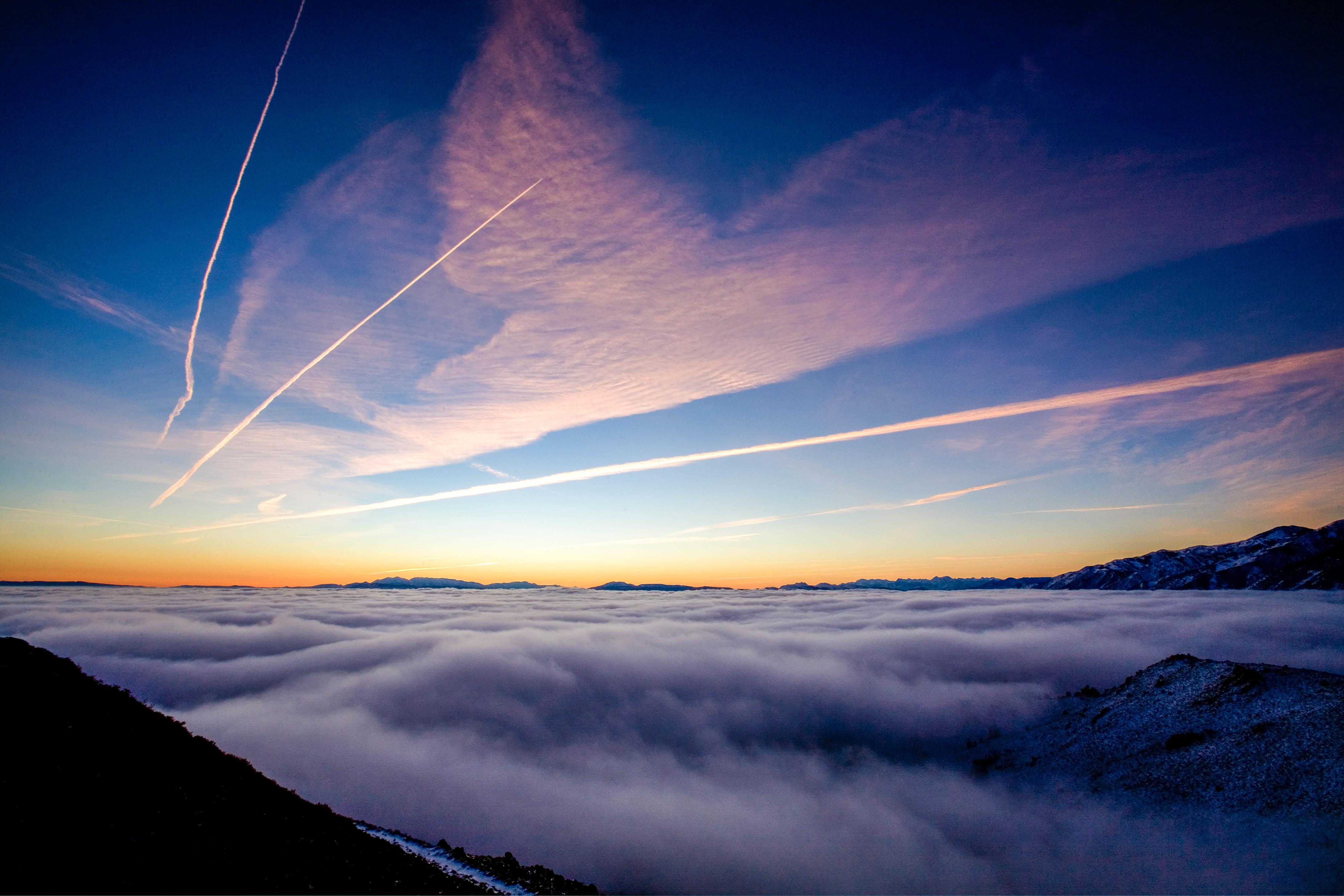Chemtrail Theorie, Himmel mit Dunststreifen