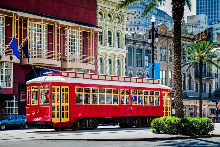 New Orleans Straßenbahn rot auf Reisen, umgeben von Palmen iStock_000013159742_Large-2
