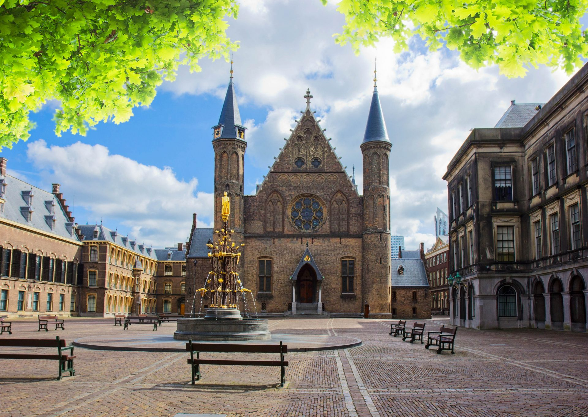 https://www.urlaubsguru.de/wp-content/uploads/2016/06/riderzaal-of-binnenhof-dutch-parliamentat-summer-day-the-hague-holland-shutterstock_286111961-2-e1532614997105.jpg