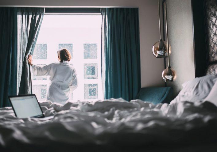 Ein Hoteltester checkt das Zimmer auf Mängel