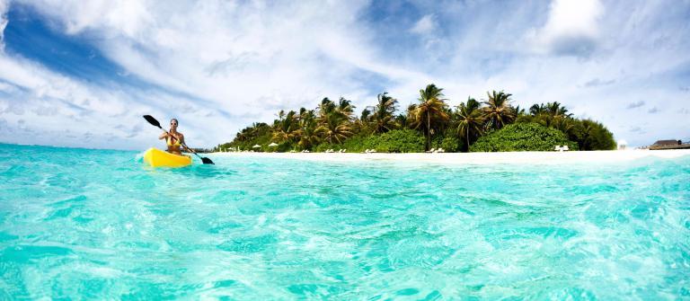 Malediven Girl Kayak iStock_000018051548_Large-2
