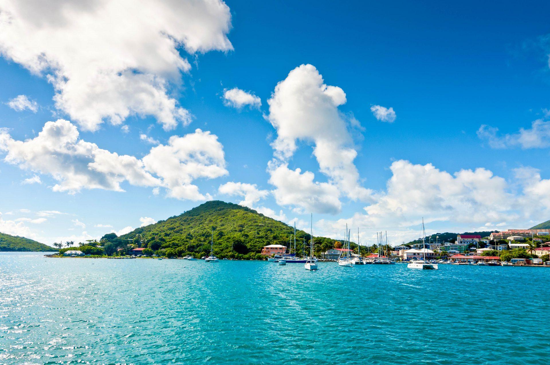 In den Buchten der Karibik liegen oft viele Jachten