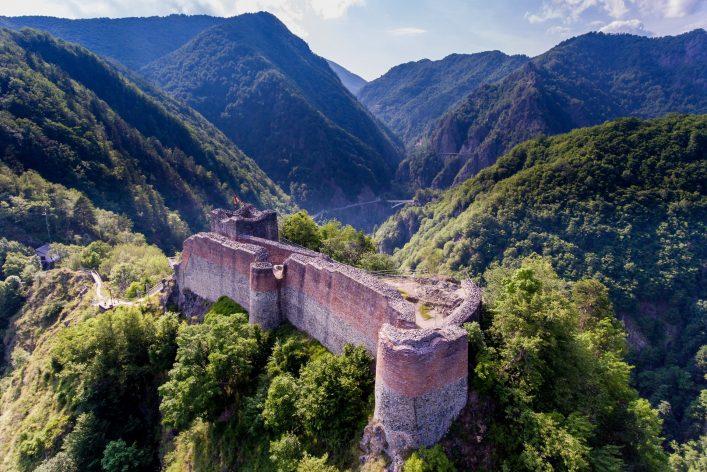 Fortress Poenari. Aerial View Rumänien shutterstock_676077262