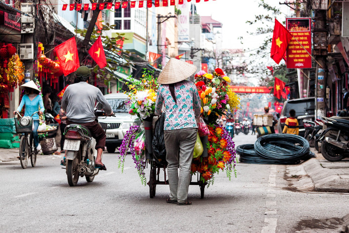 Life of vietnamese vendor in HANOI, VIETNAM shutterstock_132573962-2